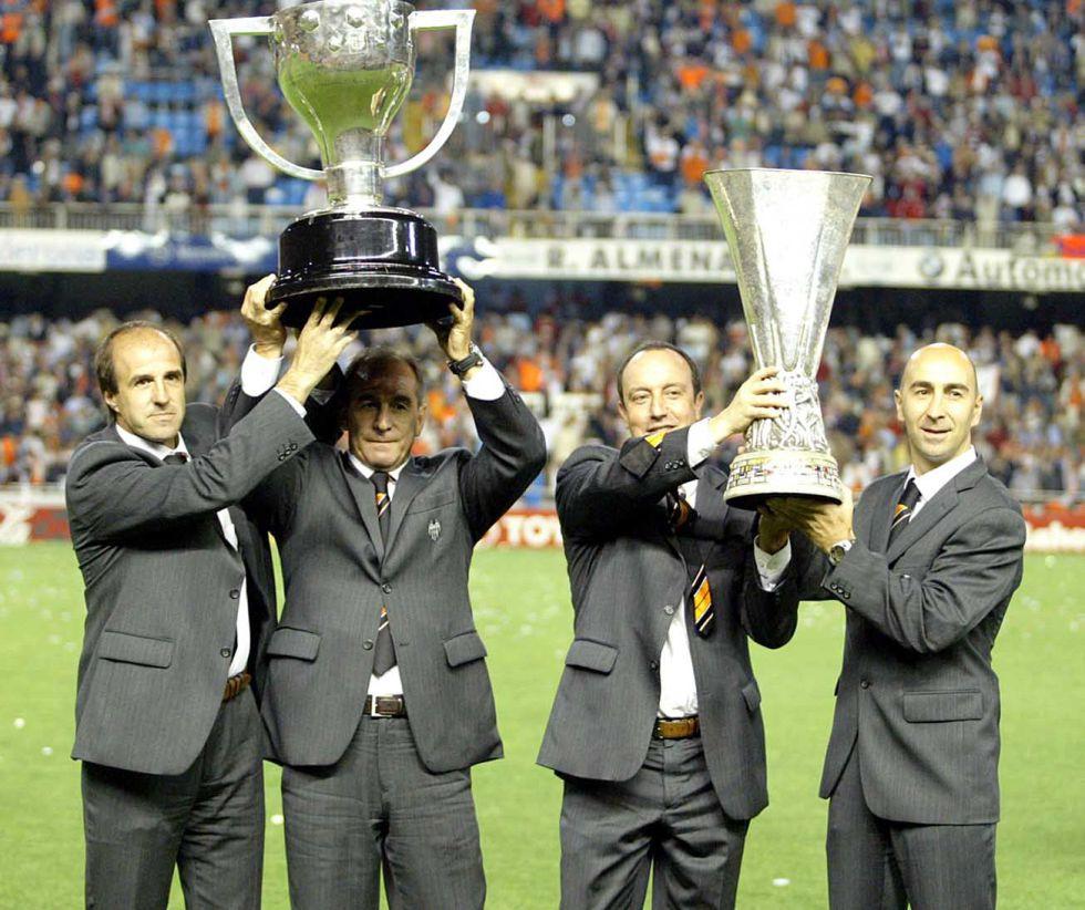 El cuerpo técnico del Valencia CF con los trofeos de Liga y UEFA conquistados en la temporada 2003-2004