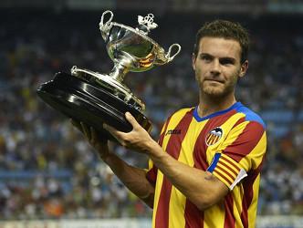 El carismático Juan Mata, que también fue traspasado este verano, posa con el Trofeo Naranja