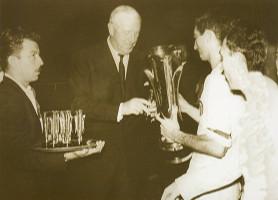 Sir Stanley Rous, presidente de la FIFA, entrega el trofeo de Campeón de la Copa de Ferias a Juan Carlos Quincoces