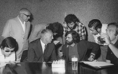 El técnico Milovan Ciric en una rueda de prensa junto a un grupo de periodistas