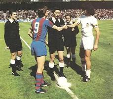 Mario Kempes saluda a Johan Cruyff en el último partido de Liga disputado en el Camp Nou