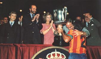 Momento en el que Carrete recibe la Copa del Rey