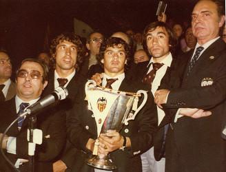 Botubot y Carrete, junto a Ros Casares, en la llegada del equipo a Mestalla con la Recopa de Europa