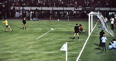 Momento clave en el que Pererira detiene el penalty decisivo en la final de la Recopa