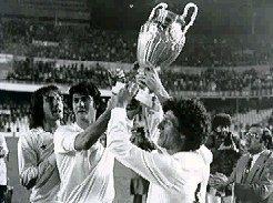 Botubot y Solsona levantan, ante la mirada de Arias, la Supercopa de Europa
