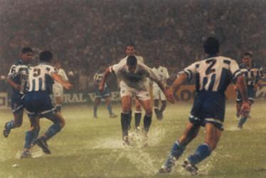 Lubo Penev trata de controlar un balón durante el diluvio en la final de la Copa del Rey