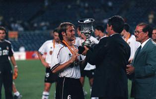 Mendieta recibe la Supercopa de España de manos del presidente de la Federación Española de Fútbol